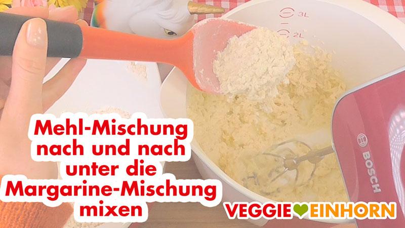 Mehl-Mischung und Margarine-Mischung mixen