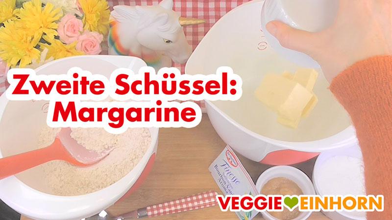Margarine in eine Schüssel geben