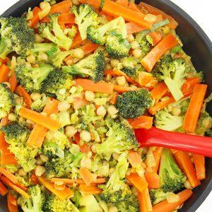 Veganes Low Carb Rezept | Brokkoli-Möhren-Curry mit Kichererbsen und Kokosmilch | Gesund vegan kochen: glutenfrei, low carb, mit viel Gemüse | Rezept mit VIDEO Anleitung