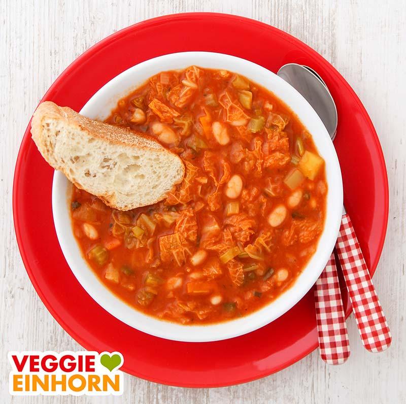 Ribollita Suppe mit einer Scheibe Ciabatta Brot