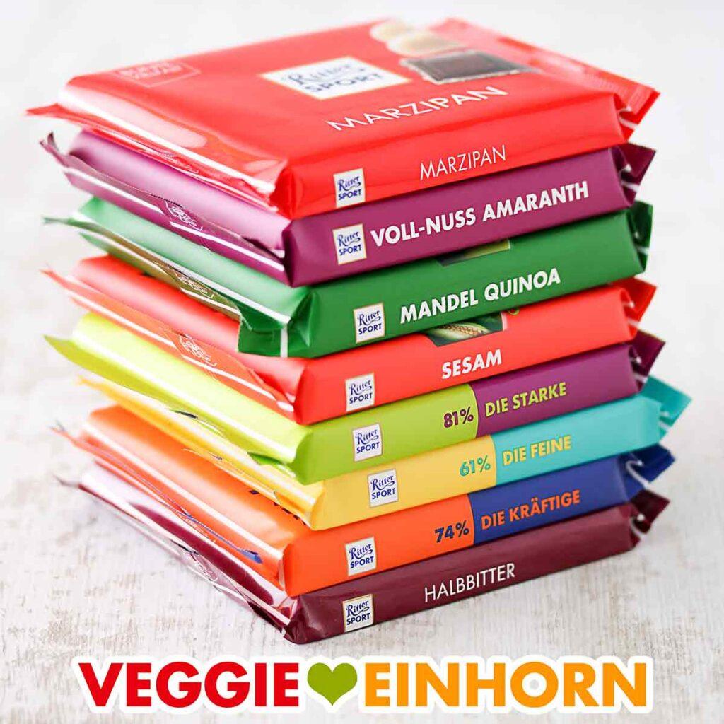 Ein Stapel mit veganen Schokoladentafeln von Ritter Sport