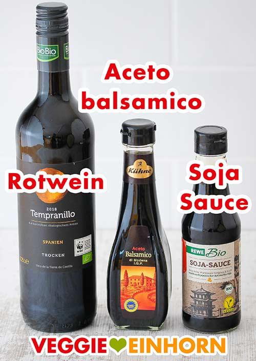 Drei Flaschen mit Rotwein, Aceto balsamico Essig und Sojasauce