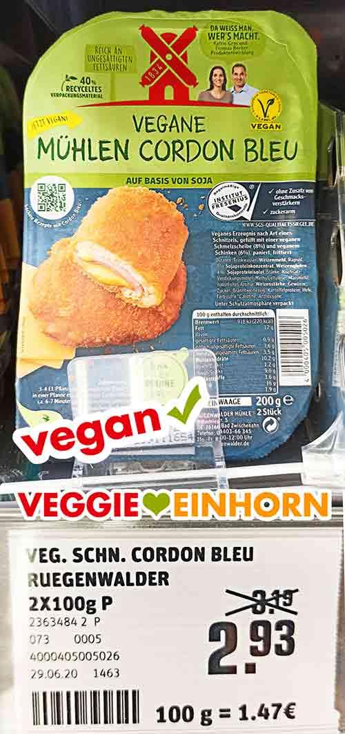 Eine Packung vegane Mühlen Cordon bleu von Rügenwalder im Kühlregal