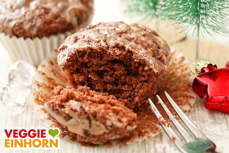 Ein Gewürzkuchen Muffin mit einer Kuchengabel