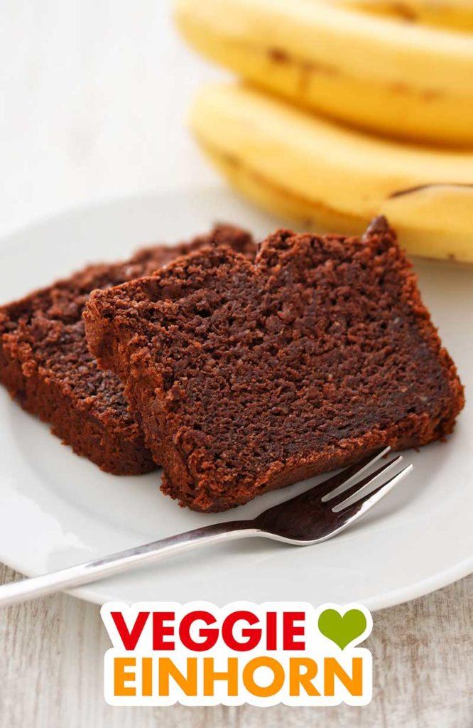Zwei Stücke Schoko Bananen Kuchen auf einem Teller
