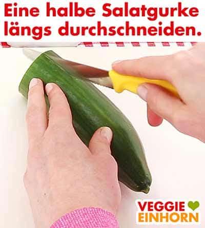 Eine halbe Salatgurke längs durchschneiden.