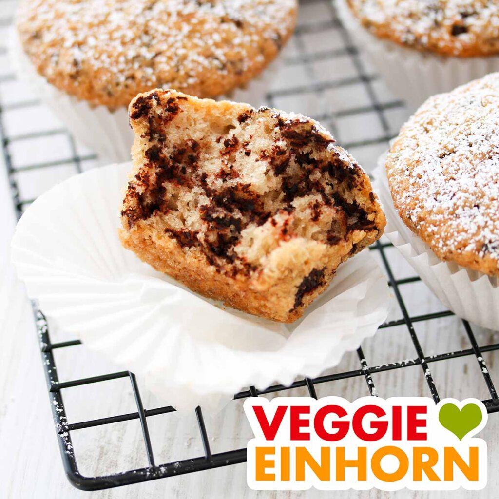 Muffins ohne Ei auf einem Kuchengitter