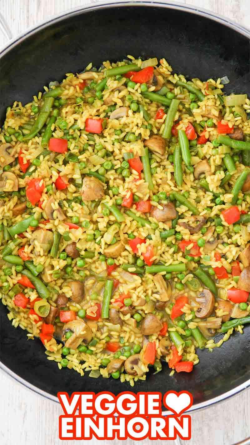 Eine Pfanne mit veganer Reispfanne mit Bohnen und Paprika