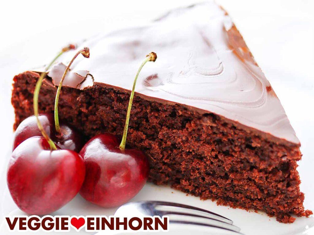 Ein Stück Schoko Kirsch Kuchen mit drei Kirschen