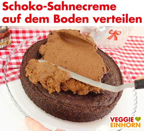 Schoko-Sahnecreme auf dem veganen Tortenboden verteilen