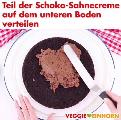 Vegane Schoko-Sahnecreme auf dem unteren Boden verteilen