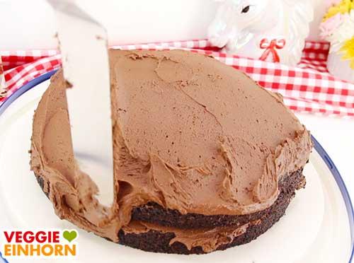 Schoko-Sahnecreme auf der veganen Torte verteilen