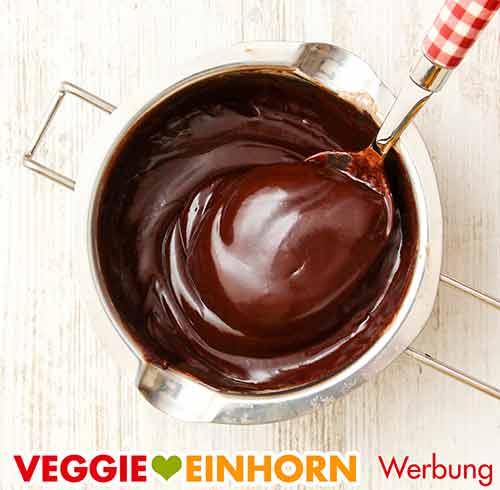 Der fertig gerührte Schokoladenüberzug im Schmelztopf