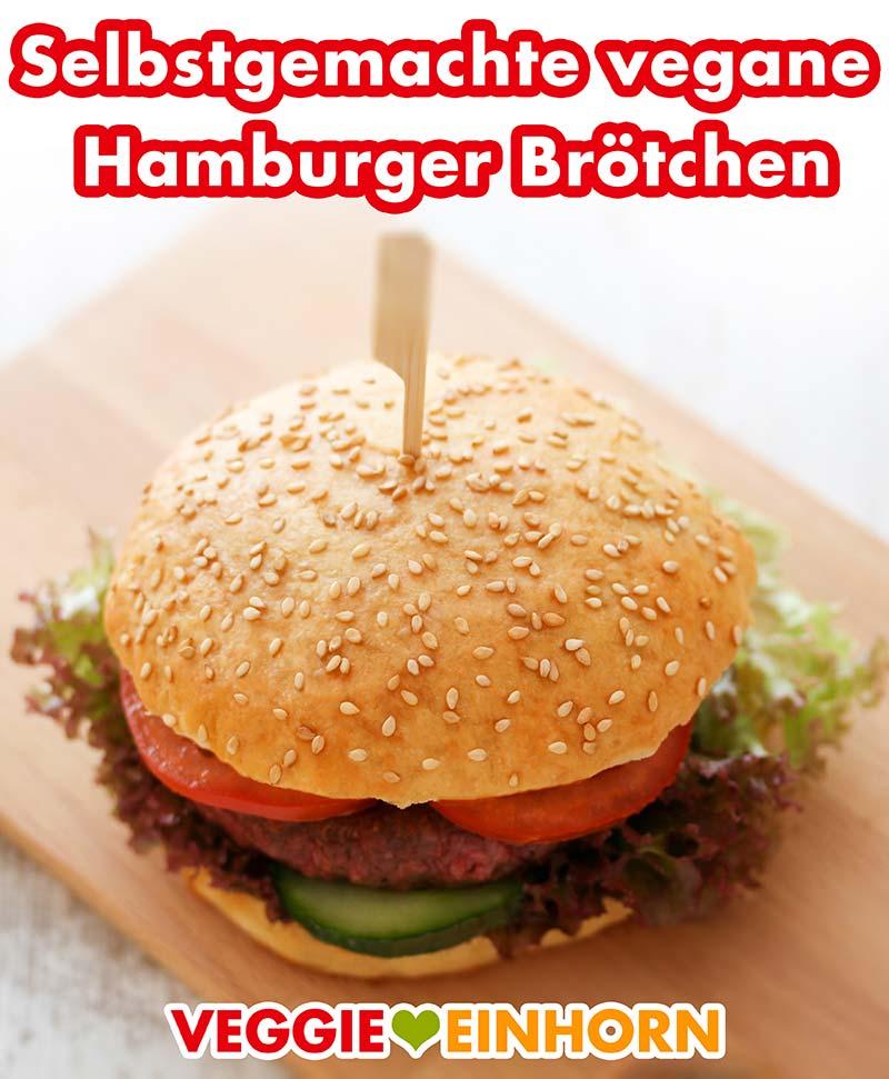 Ein Hamburger mit selbstgemachten Brötchen auf einem Holzbrett
