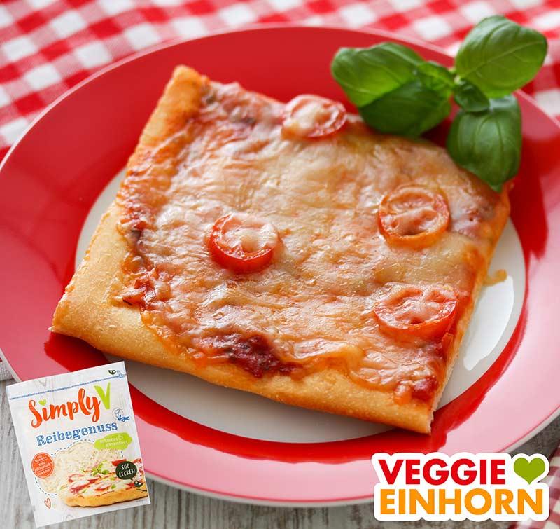 Ein Stück Pizza mit Simply V Reibekäse überbacken