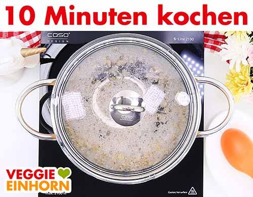 Sojagranulat in einem Topf kochen