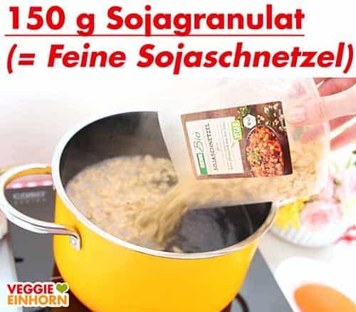 Sojagranulat in Topf mit kochendem Wasser geben