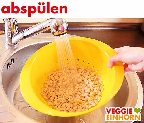 Sojaschnetzel mit Wasser abspülen
