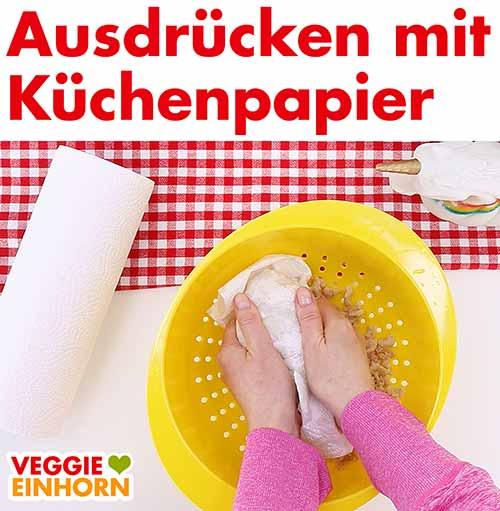 Sojaschnetzel mit Küchenpapier ausdrücken zum trocknen
