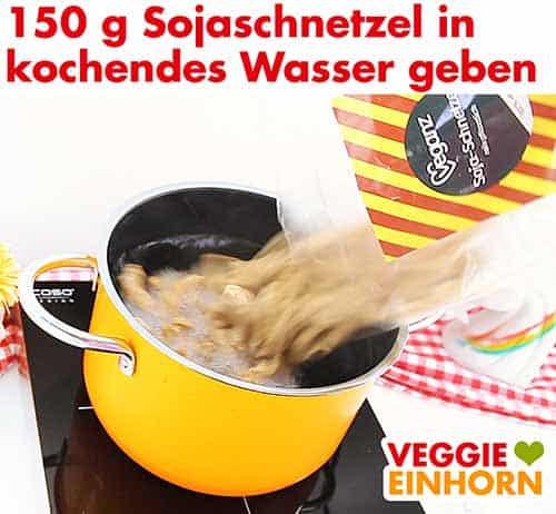 Sojaschnetzel in einen Topf mit kochendem Wasser geben
