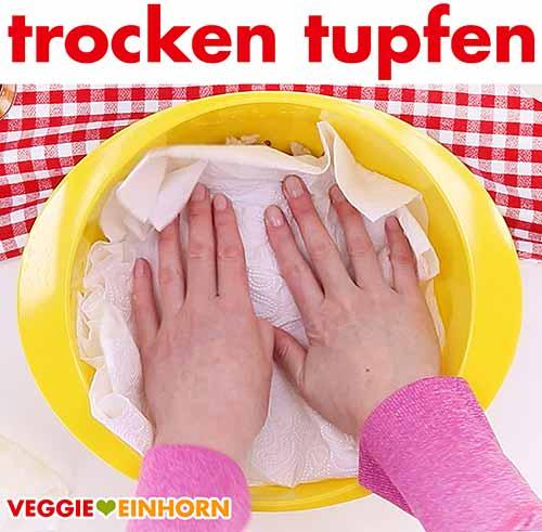 Sojaschnetzel mit Küchenpapier trocken tupfen