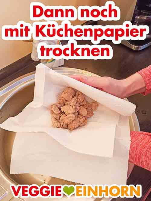 Abtrocknen der Sojawürfel mit Küchenpapier