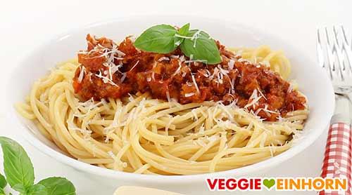 Spaghetti mit Soja Bolognese und veganem Parmesan