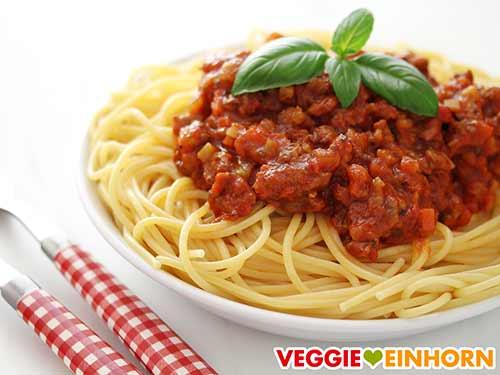 Spaghetti Bolognese mit Basilikum