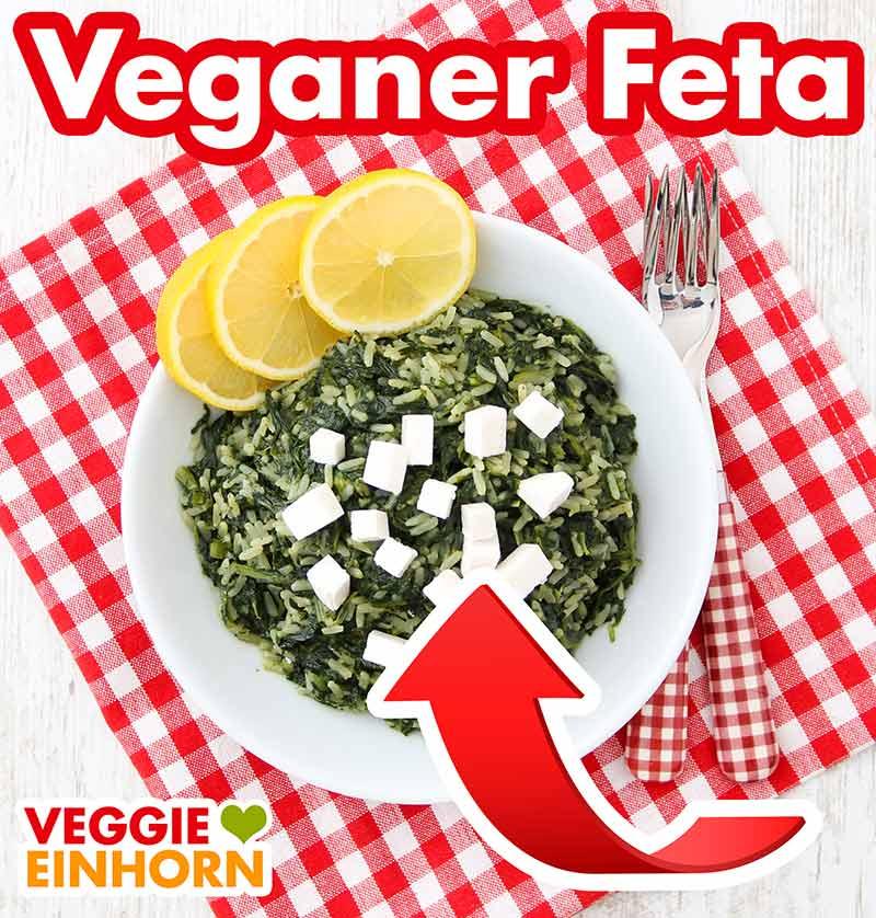 Ein Teller griechischer Spinatreis mit veganem Feta darauf
