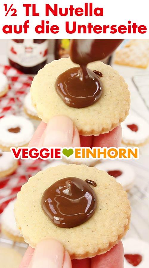 Vegane Nutella auf Spitzbuben-Unterseite geben