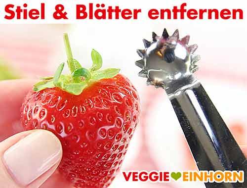 Stiel und Blätter der Erdbeeren entfernen
