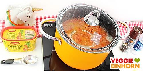Suppe im Topf, Gemüsebrühe und schwarzer Pfeffer