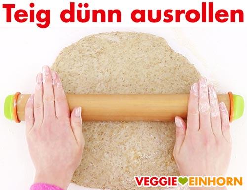 Teig für vegane Cracker ausrollen