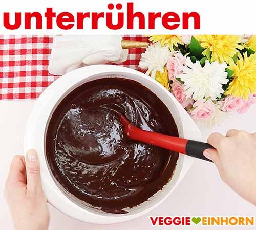 Die flüssige Schokolade unter den Teig rühren.