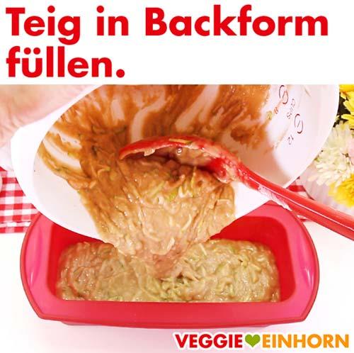 Teig für veganes Zucchinibrot in Backform füllen