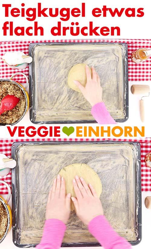 Teigkugel flach drücken für vegane Nussecken