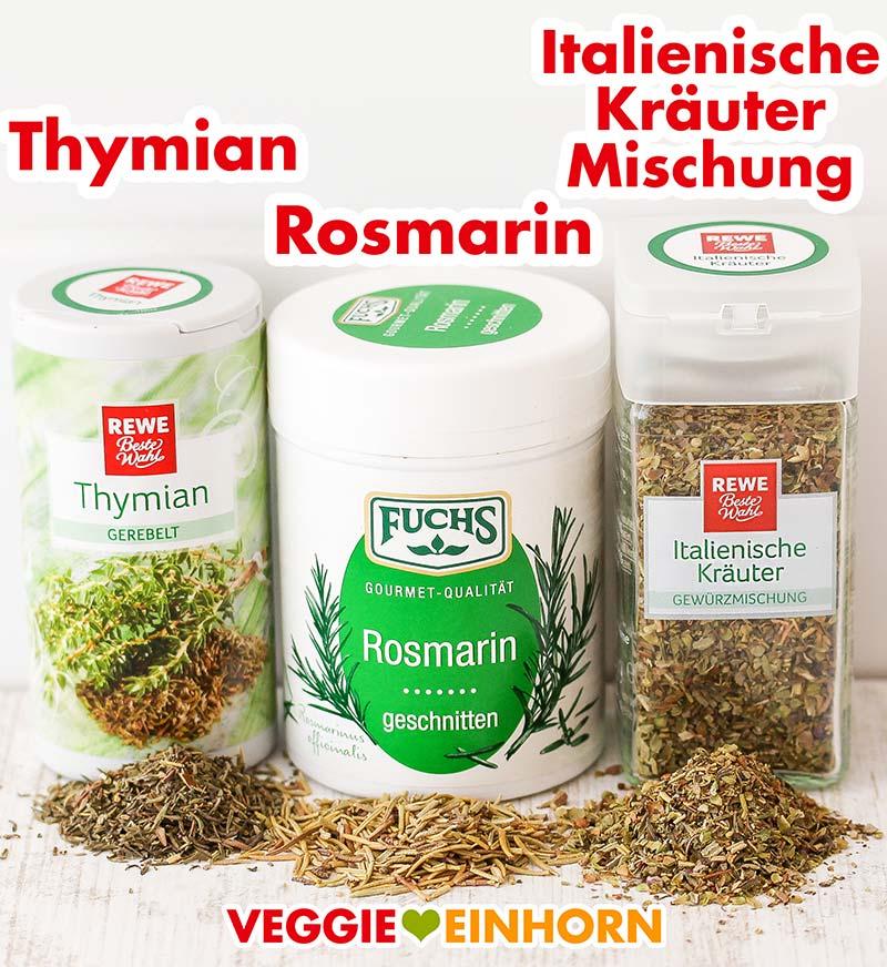Drei Gewürzdosen mit Thymian, Rosmarin und italienischer Kräutermischung
