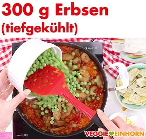 Tiefgekühlte Erbsen werden zu Paella zugefügt
