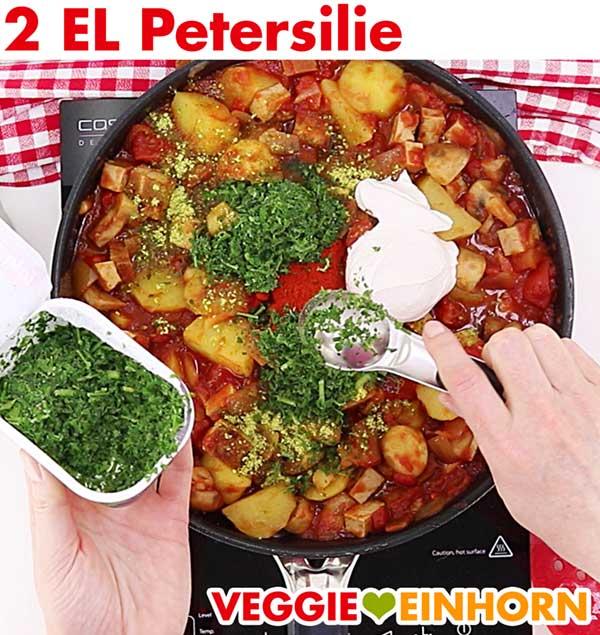 Tiefgekühlte Petersilie für veganes Tofu Gulasch