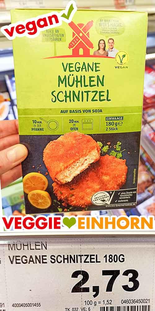 Eine Packung tiefgekühlte vegane Mühlen Schnitzel im Supermarkt