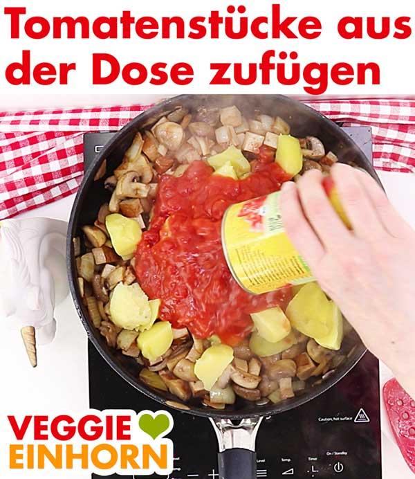 Tomatenstücke aus der Dose für veganes Tofu Gulasch