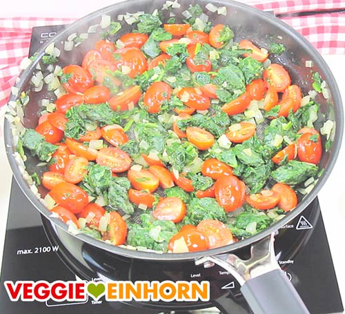 Tomaten und Spinat andünsten