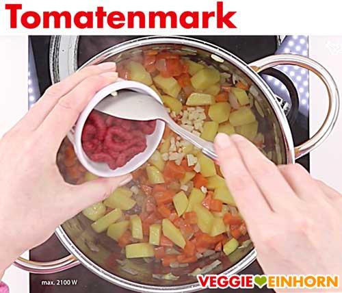 Tomatenmark zufügen für vegane rote Linsensuppe