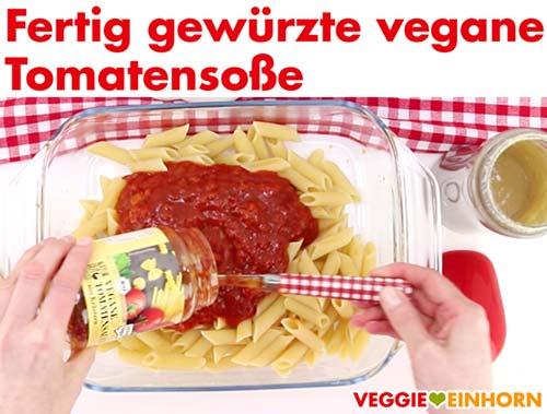 Fertig gewürzte vegane Tomatensoße mit Kräutern zufügen