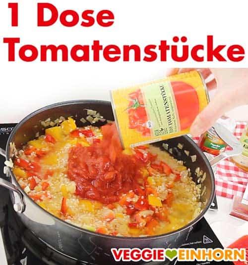 Tomatenstücke aus der Dose werden zu Paella zugefügt