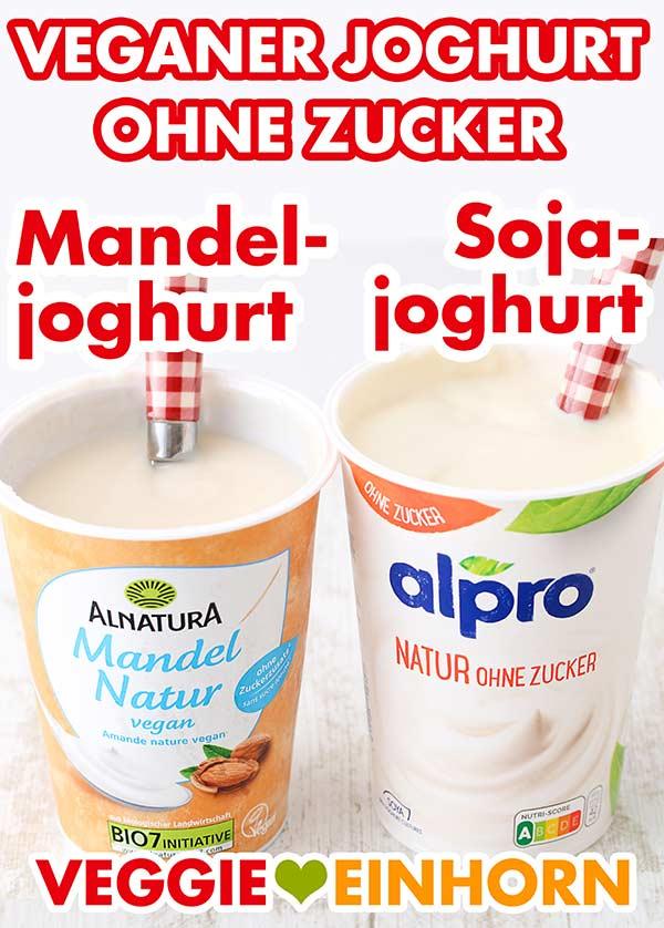 Ein Becher ungesüßter Mandeljoghurt und ein Becher Sojajoghurt ohne Zucker