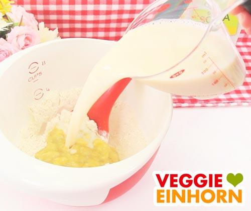 Vanille-Sojamilch zum Waffelteig zufügen
