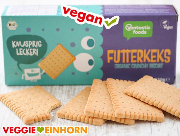 Eine Packung vegane Butterkekse und ausgepackte Kekse