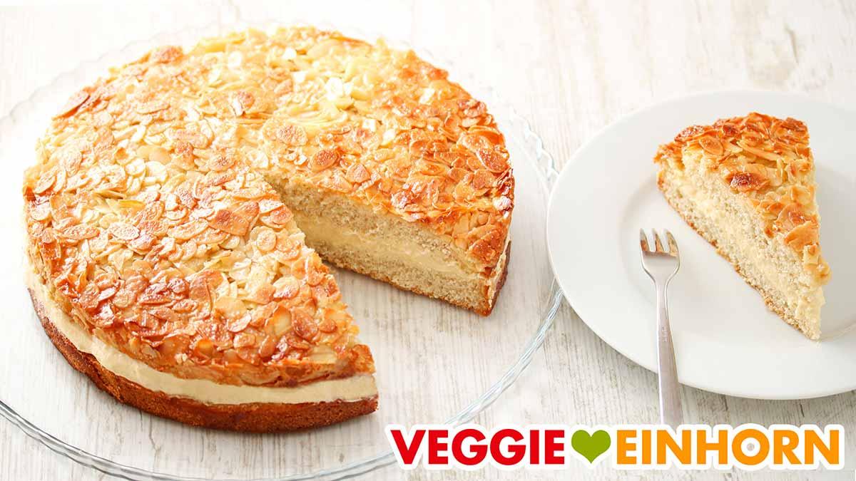 Veganer Bienenstich aus der Springform und ein Tortenstück auf dem Teller