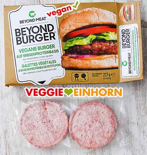 Eine Packung Beyond Meat Burger und zwei ausgepackte Patties in Folie